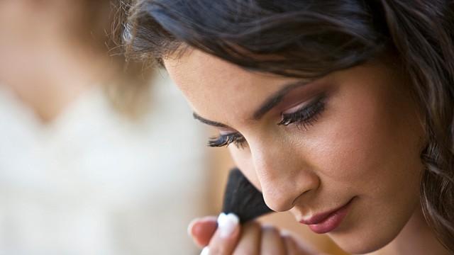 Además de ser sutilmente elegante, esta temporada trae tendencias en tonos cálidos y suaves. Sus maquillajes iluminan el rostro.