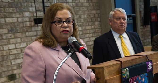 Capacitan a latinas para abrir sus negocios en Virginia