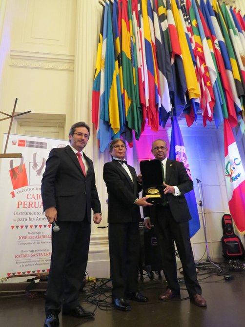 PREMIO. Escajadillo (centro) con Jiménez Mayor (izq) y Ramdin de la OEA.