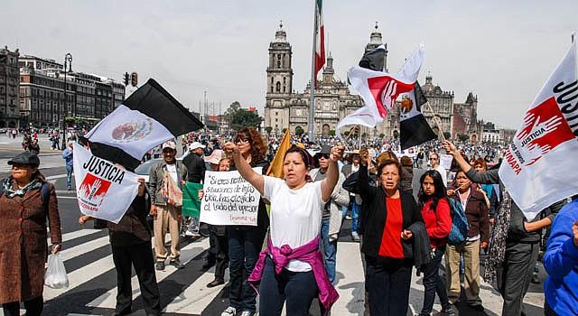 """Manifestantes participan en la marcha """"43x43. Ni un desaparecido más"""" el domingo 9 de noviembre de 2014, en Ciudad de México (México). Los participantes caminaron desde Iguala hasta la ciudad de México."""
