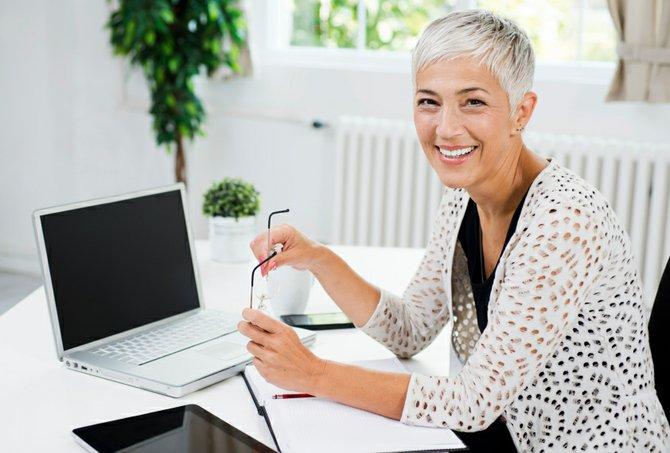 La elegancia de una mujer con canas y tips para mantener su cabello blanco, sano y bello