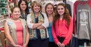 La CEO del Consejo de Girl Scout de la Capital de la Nación, Lidia Soto-Harmon, centro, en compañía de (de iz. a der.) Wendy Márquez, Zoé Rodríguez, Nuria González y Ximena Pérez, en la oficina de Girl Scout en Washington, DC, el 6 de noviembre de 2014.