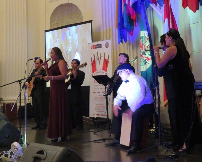 La cantante peruana Vicky Leyva en el homenaje a la música peruana en la OEA.