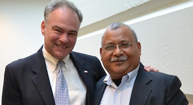 """El senador estadounidense (demócrata-Virginia) Tim Kaine (izq.) junto al padre Ismael """"Melo"""" Moreno, un jesuita hondureño conocido por ser un luchador de derechos humanos."""