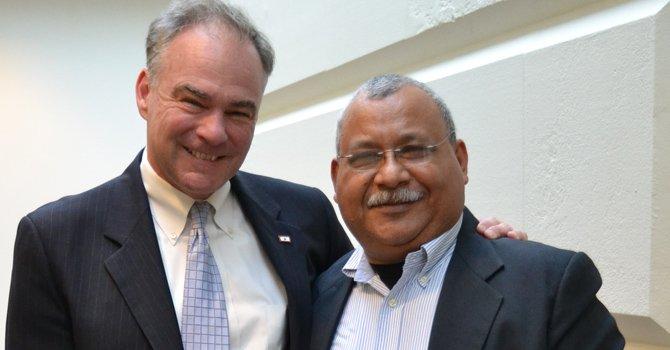 El senador Kaine con el padre Moreno de Honduras