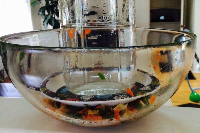 Pon algo pesado sobre el plato como un frasco lleno de agua.