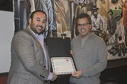 LAZOS. Mark Strama recibe un reconocimiento de manos de Emmanuel Loo, presidente de la AEM Austin.