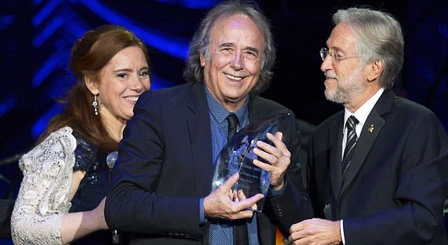 El Cantante español Joan Manuel Serrat recibe el Grammy Latino de homenaje a una vida de manos de la academia de la música durante la entrega anual de galardones, el 20 de noviembre, en Las Vegas.