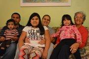 JUNTOS. De izq. a der.: Javier Osorto, Alexandra Díaz y Omaira Pacheco (atrás) con los niños Alan, Alondra y Aleina, durante la fiesta de cumpleaños de Aleina y Alan el domingo 16 de septiembre de 2014 en Dumfries, Virginia.