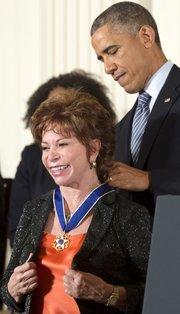 La escritora chilena Isabel Allende (i) recibe la Medalla Presidencial de la Libertad de manos del presidente estadounidense, Barack Obama, durante una ceremonia hoy, 24 de noviembre de 2014, en la Casa Blanca, en Washington D.C.,