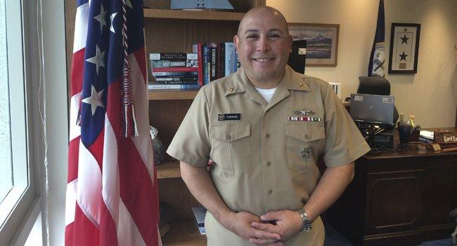 Senior Chief Francisco J. Pérez administrativo en el edificio de mando de NAVAIR en la Estación Aeronaval de Patuxent River