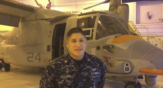 El suboficial de primera David Delgado, en el hangar del escuadrón de pruebas y evaluación de helicópteros en la Estación Aeronaval de Patuxent River, en Maryland.