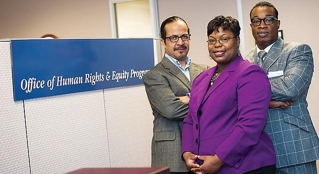 EQUIPO. Kenneth Saunders (der.) drector de la Oficina de Derechos Humanos y Equidad del condado de Fairfax junto a Nicole Rawlings y Alex del Cid.