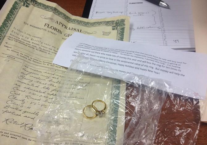 En Boston una mujer deposita anillos de diamantes en puesto de Salvation Army