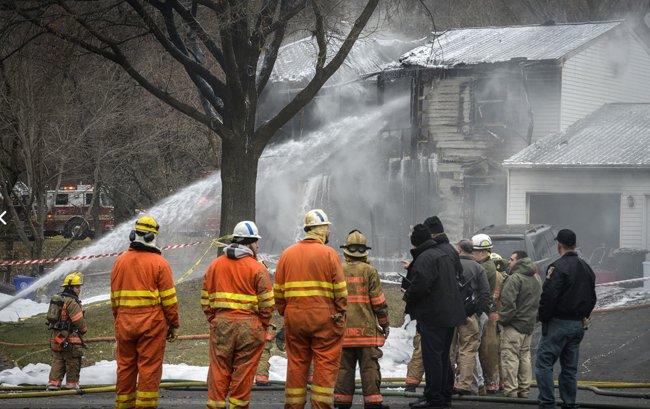 Mueren 6 al estrellarse avioneta contra una casa