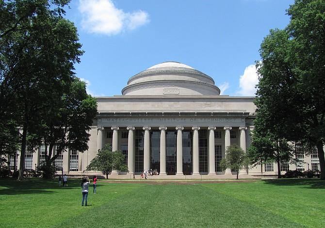 Profesor jubilado de MIT es demandado por acoso sexual online