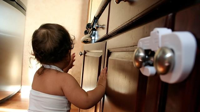 Sin tener que ponerlo en una burbuja gigante, necesitaba asegurar la casa para el bebé de una manera que todavía fuera tolerable para el resto de la familia.
