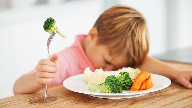 La hora de la comida es la hora de la familia. Tienta darle la comida al niño primero, pero cuando hacemos de la hora de la comida una ocasión para estar en grupo, los niños aprenderán por ejemplo que todo el mundo come lo que se les sirve. Acerca la silla alta a la mesa o usa un elevador de asiento.