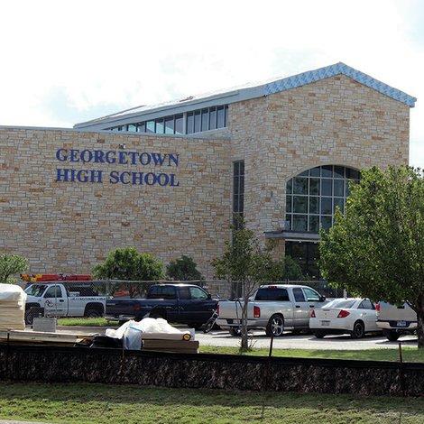 Un hombre con un arma de fuego en Georgetown High School