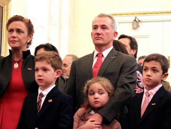 Teresa Valcarce (izq) asiste con su familia a un acto oficial de presentación del retrato del militar y político español Bernardo de Gálvez, el martes 9 de diciembre, en el Senado de Estados Unidos.