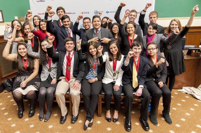 Apoyan el talento de los jóvenes hispanos