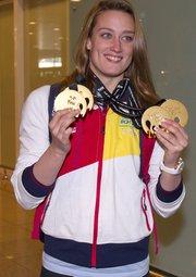 08/12/2014.- La nadadora española Mireia Belmonte a su llegada hoy al Aeropuerto del Prat de Barcelona tras su participación en los mundiales de piscina corta de Doha (Catar), donde obtuvo cuatro medallas de oro y batió dos récords del mundo.