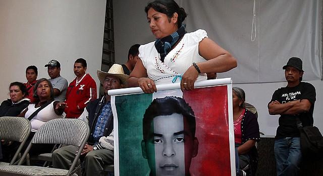 Padres de los jóvenes desaparecidos de Guerero, hablan hoy , martes , 16 de diciembre de 2014 durante una rueda de prensa en Ciudad de México donde dijeron que el Gobierno apuesta a una salida violenta para acabar con la crisis generada por la desaparición de 43 estudiantes de Ayotzinapa