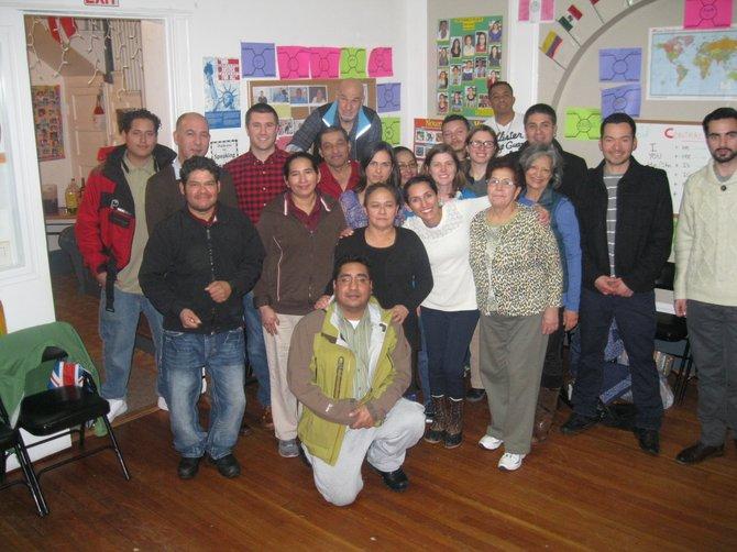 Tony Brun, estudiantes y familiares durante la clusura del ciclo de español para adultos.
