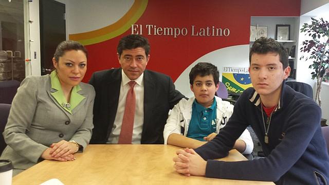 JUSTICIA. Jasmine Farooq (izq.) con su hijo Alejandro (der.), presunta víctima de abuso. Al centro, su hijo Isaac y su esposo Edward Moawad.