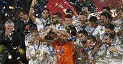 El portero y capitán del Real Madrid, Iker Casillas (c), levanta el trofeo de campeones del Mundial de Clubes rodeado de sus compañeros, tras vercer a San Lorenzo en la final disputada el sábado 20 de diciembre de 2014 en el Gran Estadio de Marrakech, en Marruecos.