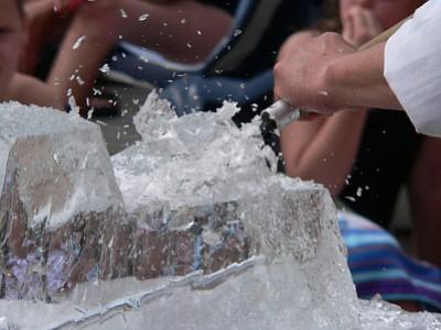 EAST BOSTON: Comienza el nuevo año con una hermosa escultura de hielo y unos lentes de sol Ray-Ban