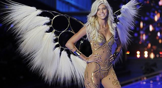La modelo estadounidense Devon Windsor presenta los diseños de la marca Victoria's Secret