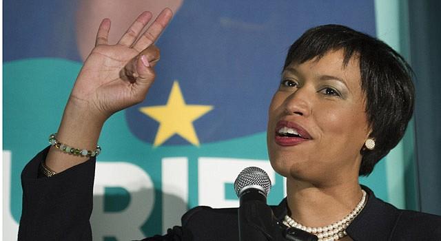 ALCALDESA. La demócrata Muriel Bowser juramenta el viernes 2 de enero como nueva líder del Distrito de Columbia.