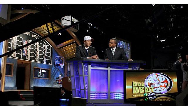 Stuart Scott (der.) en una entrevista por ESPN con el jugador chino Yi Jianlian de los Milwaukee Bucks en el año 2007.
