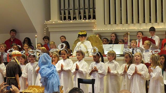 Pastores, ovejas, ángeles, reyes magos y miembros del coro de niños durante la representación del Pageant en St. Patrick's Episcopal Day School en Washington, DC, el viernes 19 de diciembre de 2014.