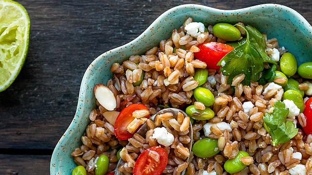 La receta de hoy, ensalada de farro y frijoles de soya, es una forma diferente de salir de rutina de la típica ensalada de lechuga y tomates, además que es muy satisfactoria.