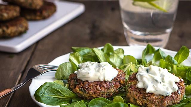 Estas riquísimas hamburguesitas son muy fáciles de preparar. Si deseas puedes hacerlas  el fin de semana y tenerlas listas para comer durante la semana, para un almuerzo o cena libre de complicaciones.