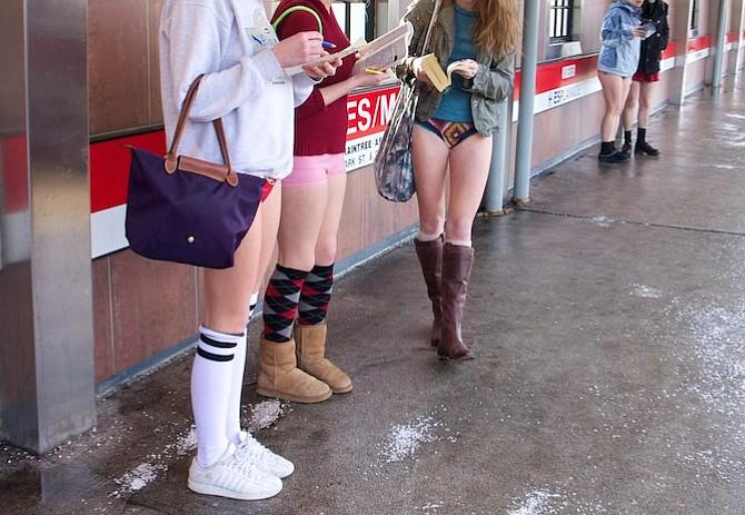 Con este frio...¿Te atreves a viajar en el T sin pantalones?