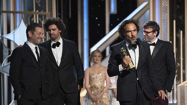 """El escritor, director y productor mexicano Alejandro González-Iñárritu recoge el galardón al Mejor guión por """"Birdman"""" durante la 72 edición de los Globos de Oro en el hotel Beverly Hilton en Beverly Hills, California (Estados Unidos), el domingo 11 de enero."""