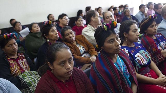 Mujeres asisten a la audiencia reciente del exjefe policial de Guatemala Pedro García Arredondo por el incendio de la Embajada de España en enero de 1980, en Ciudad de Guatemala.