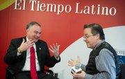 En senador Tim Kaine (D-Va) conversa animadamente con el director de El Tiempo Latino Alberto Avendaño durante una entrevista que tuvo lugar en las oficinas del periódico, en el edificio de The Washington Post, a mediados de diciembre de 2014.