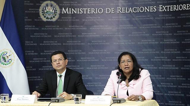 ACCIÓN. El canciller Hugo Martínez y la viceministra para los Salvadoreños en el Exterior, Liduvina Magarín.