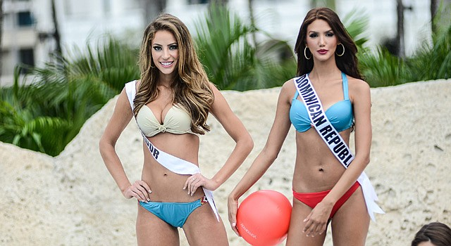 La concursante de Ecuador Alejandra Argudo, y Kimberly Castillo, de República Dominicana posan en traje de baño en Doral, Florida, listas para Miss Universo 2015 el domingo 25.