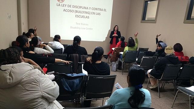 "La abogada Teresita Ramos dando una charla sobre acoso escolar o ""Bullying""."