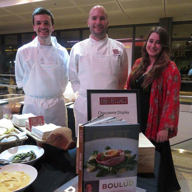Caleb Pearle, Justin Schreiber chef ejecutivo segundo y Devin Friedlander representando al restaurante DBGB Kitchen and Bar.
