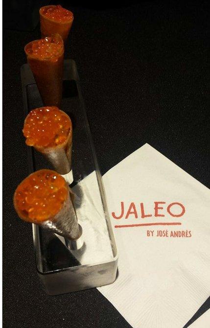 Jaleo ofreció unos deliciosos y crujientes conos de salmón crudo con caviar rojo.