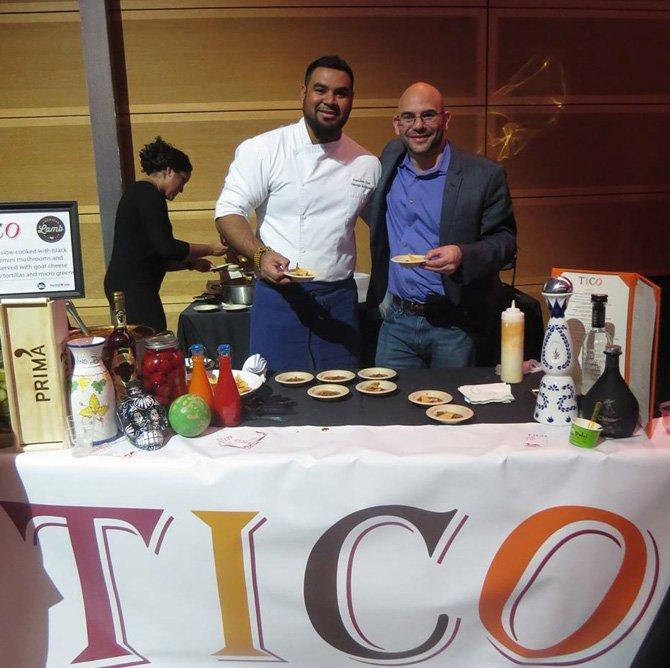 Chef ejecutivo George Rodrigues y Steve Uhr representando a Tico restaurante