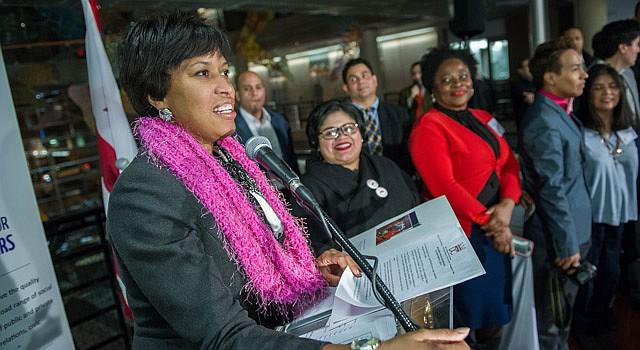 ACTO. La alcaldesa de DC, Muriel Bowser (izq) presentó el miércoles 28 a Jackie Reyes (a su der.) en la dirección de OLA, acompañada de su equipo.