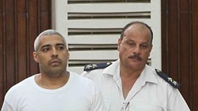 """El Jefe del Buró en el Cairo de la cadena """"Al Jazeera English"""", Mohamed Fadel Fahmy, es escoltado por un guardia durante una audiencia de su juicio en Egipto"""