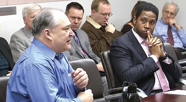 CONCEJO. Marc Elrich (izq.) y Craig Rice, el 2 de febrero, en la reunión del condado.